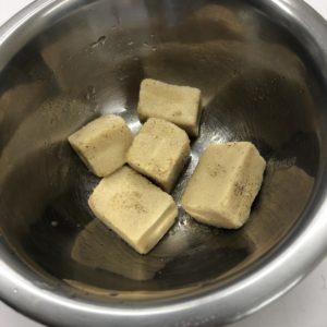 高野豆腐を水と調味料で戻した状態