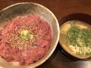 「まぐろ食堂 天満のとらやん」の中落丼とマグロ汁