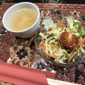 「セイロンカリー」のランチサラダとスープ