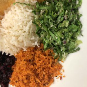 「セイロンカリー」茶色の副菜、緑の副菜。そしてバスマティライス。